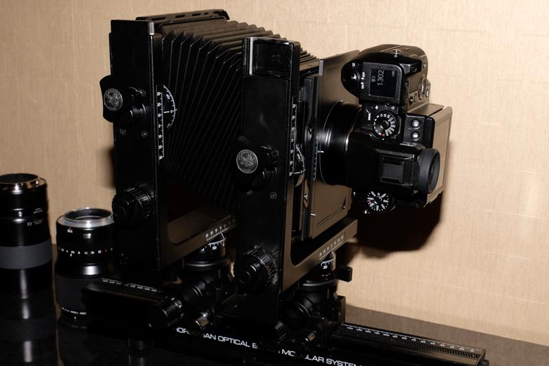 ビューカメラに装着できるアダプターも用意する
