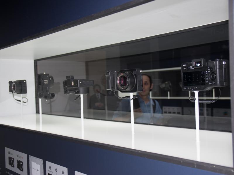 ボディが中に浮いているような趣向のカメラ展示。横長の展示ケースは前後にガラスがはめこまれており、両面からさまざまな角度でボディの各部位が見られるようになっている。写真はSD quattro Hの展示ケース
