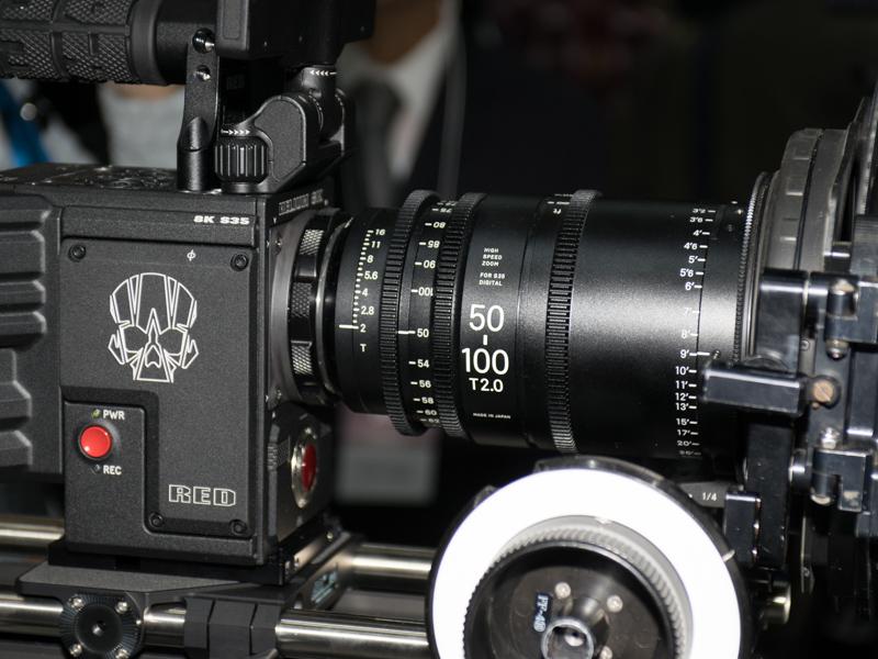 映画撮影向けのシネレンズもシネマカメラとリグに装着した状態で展示されていた