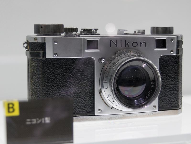 ニコンカメラの初号機で、ニコンの名前を初めて冠した「ニコンI型」(1948年)