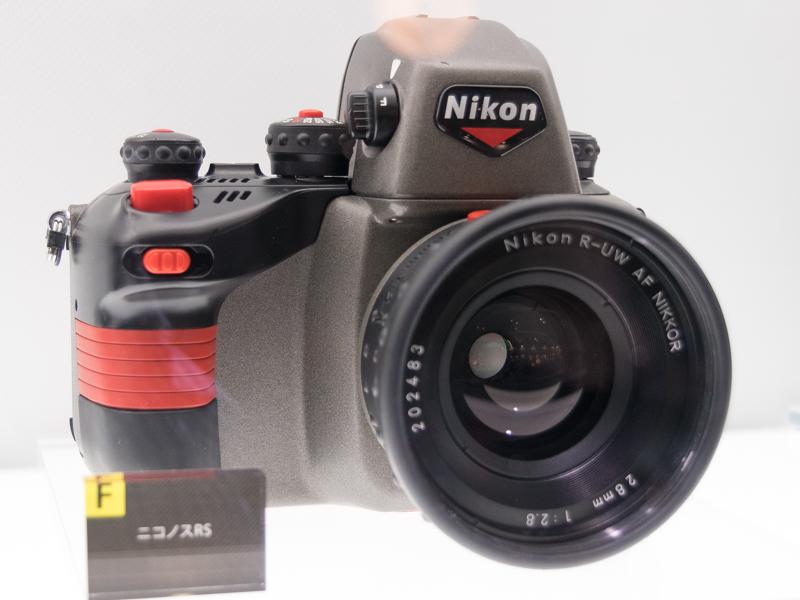 世界で初めて水中でのAF撮影を可能にしたカメラ「ニコノスRS」(1992年)