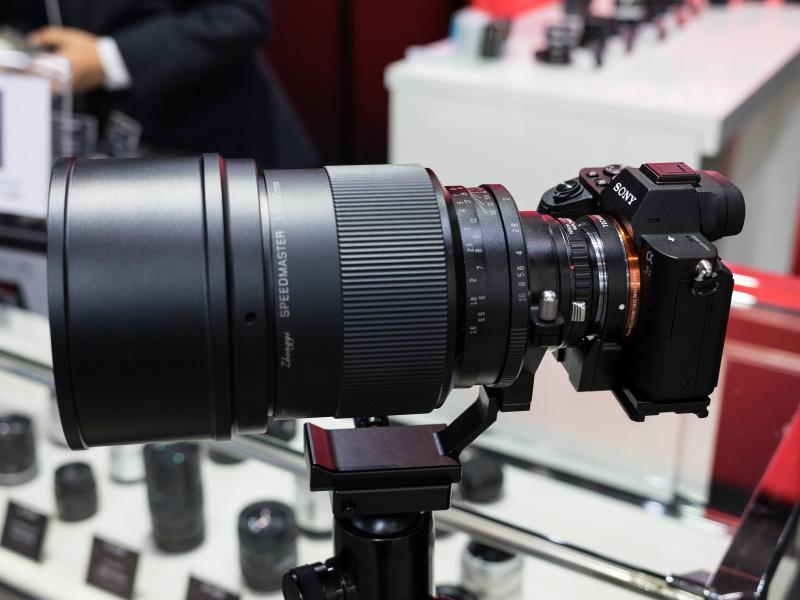 スピードマスター135mm F1.4は受注生産だと言う。とにかく巨大な中望遠レンズだ。