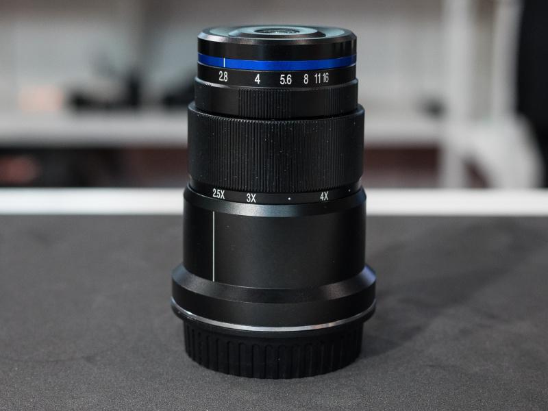 スーパーマクロ25mm F2.8は、2.5~5倍の超近接撮影が可能。この製品も参考出展だった。