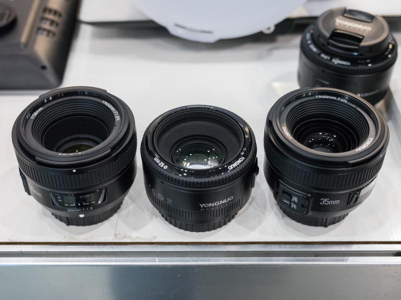 35mm F2(右)と50mm F1.8(左と中央)。35mmレンズは同社Webサイトにも掲載されていた。