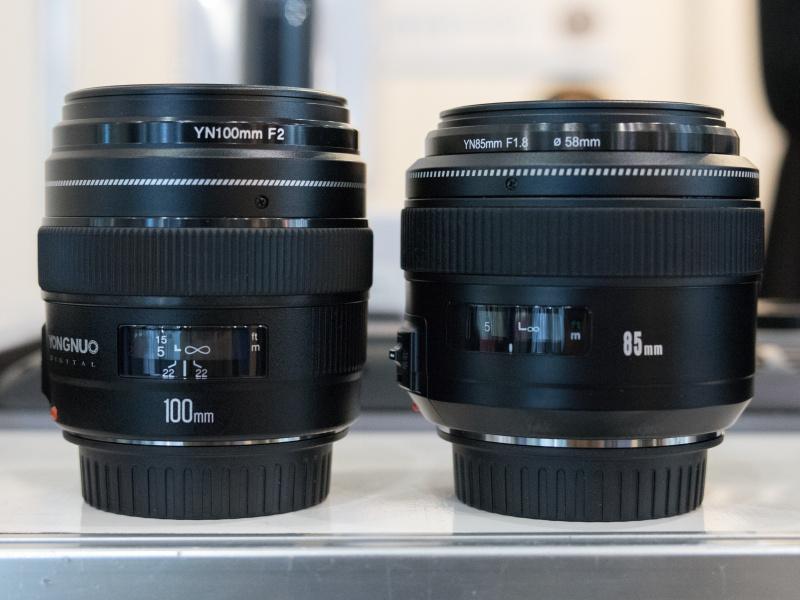 85mm F1.8(右)と100mm F2(左)。マウントはキヤノンEFとニコンFの2種類に対応する。