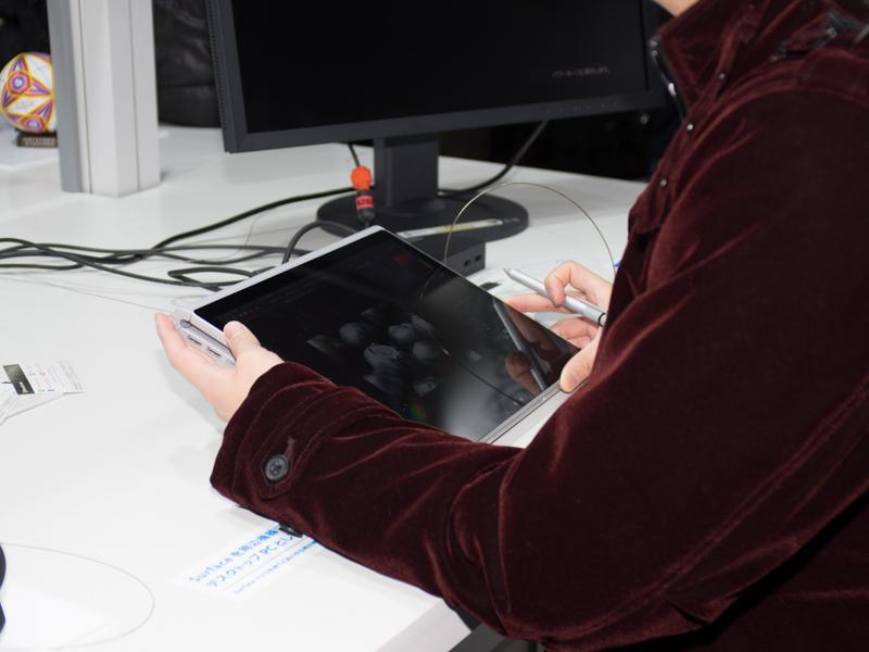 キーボードを後ろに回す「描画」モードを体験しているところ。キーボードを取り外した「クリップボード」モードと異なり、USBやDisplayportを利用できる