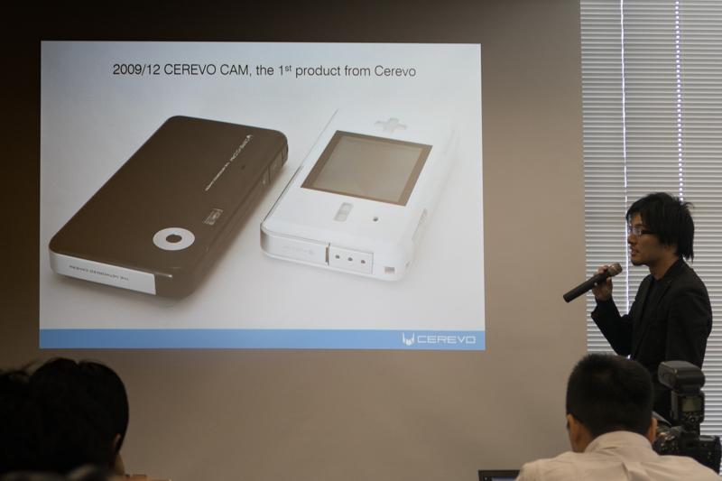 発表会の冒頭、CEREVO CAMを紹介する岩佐琢磨社長。