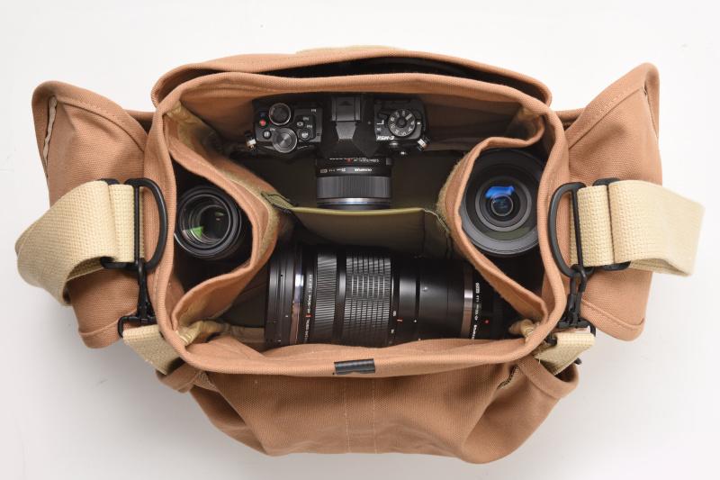 カメラボディ×1、交換レンズ×4(M.ZUIKO DIGITAL ED 12-100mm F4.0 IS PRO、M.ZUIKO DIGITAL ED 40-150mm F2.8 PRO、M.ZUIKO DIGITAL 25mm F1.8、M.ZUIKO DIGITAL ED 60mm F2.8 Macro)、フィルター×2、メモリーカードケース、バッテリーケース、ミニ三脚、ペンケース、A6ノート、定期入れ、キーケース、500mlペットボトル