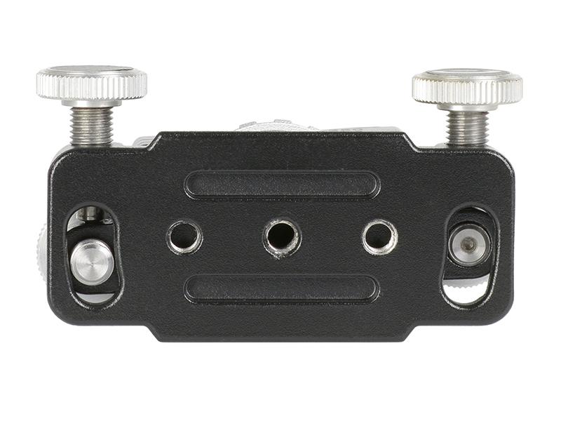 底部には1/4-20UNCカメラネジ穴があるほか、アルカスイス互換のレールが用意されている