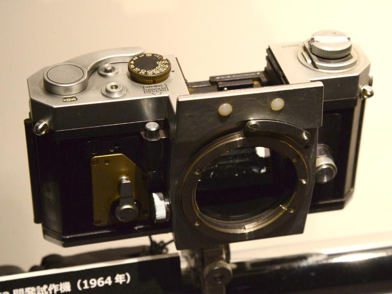 ニコンF2開発試作機(1964年)。ニコンFのボディをもとにした初期の試作で、すでにシャッターボタンが前方に移動し、裏蓋が蝶番式になっている。製品版は1971年発売。