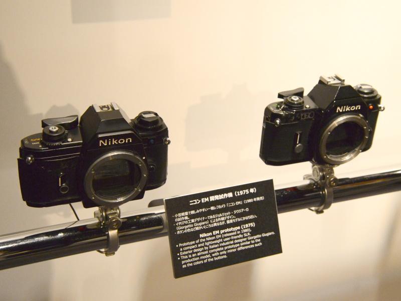 ニコンEM開発試作機(1975年)。いわゆるジウジアーロデザインのニコンとして、初めて世に出た(海外で1979年発売。日本ではF3と同じ1980年)。ペンタ部のEMマークがまだない。絞り優先AEのみのシンプル機ながら、分割巻き上げに対応。