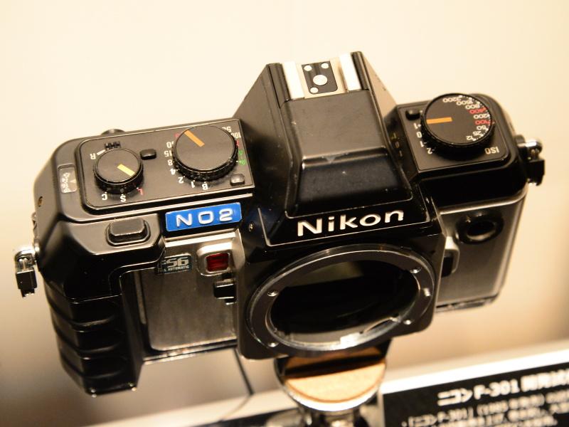 当初はこの試作機のように、フィルムの自動巻き上げ・自動巻き戻しを目指していた。