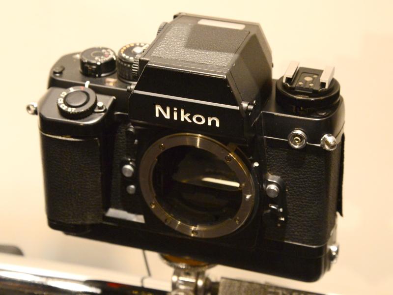 ニコンF4開発試作機。F3をベースにしていることがよくわかる段階。ホットシューは、まだ肩の部分にある。