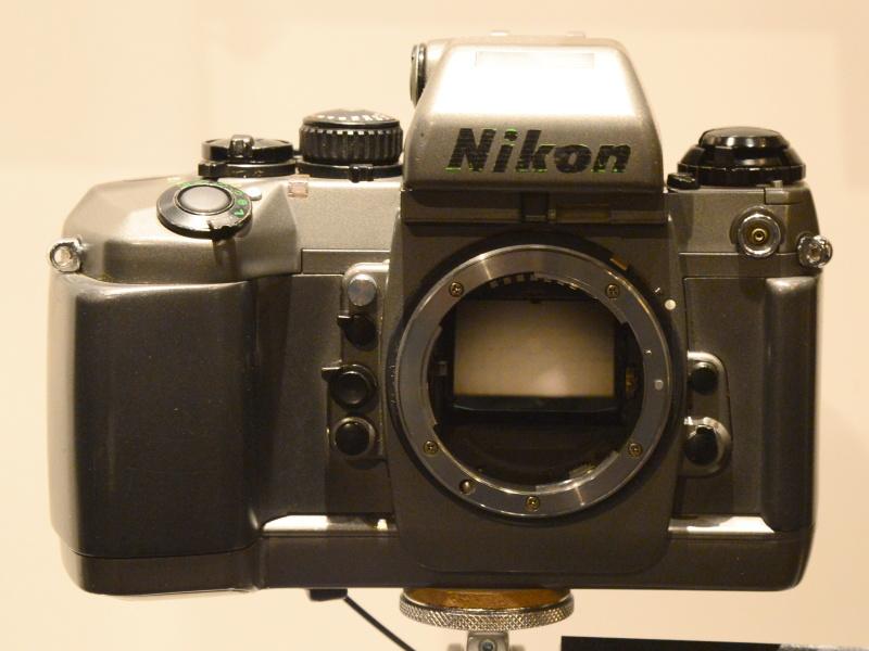 """ニコンF4開発試作機。ジウジアーロデザインが反映された後のバージョン。Nikonロゴは黒く上塗りされているが、もともとはグレーボディに緑色のストライプ状に書かれていた。これを経て、1988年発売の製品版では""""黒ボディに赤ライン""""となっているのはご存じの通り。"""