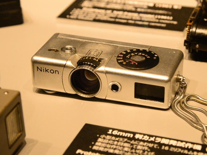 16mm判カメラ開発試作機(1957年)。仕上げがよく、パララックス補正機構まで搭載していたようだ。開発が後発だったため発売されなかった。