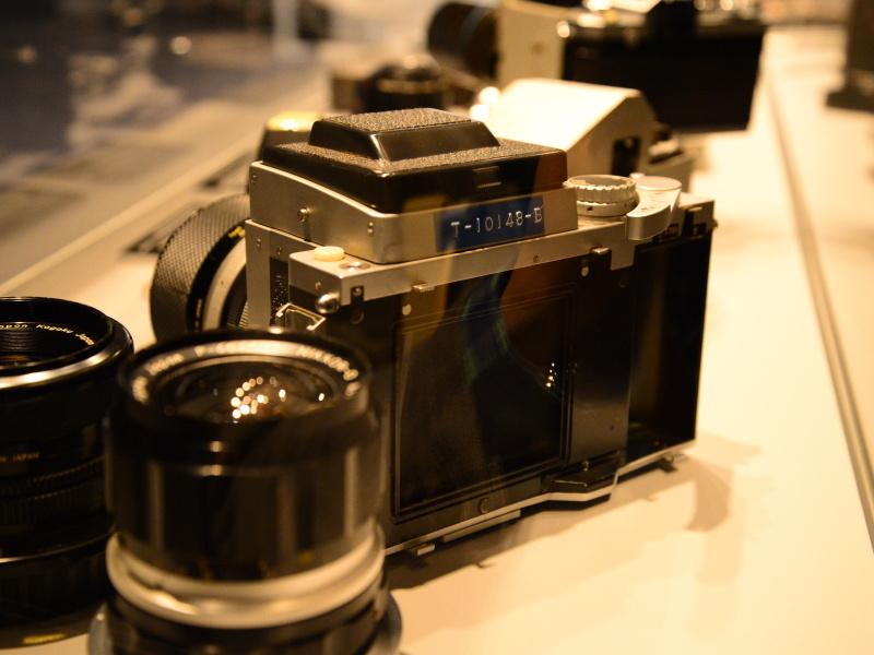 フィルムバックは見つかっていないが、巻き上げレバーからその形状を推測できる。