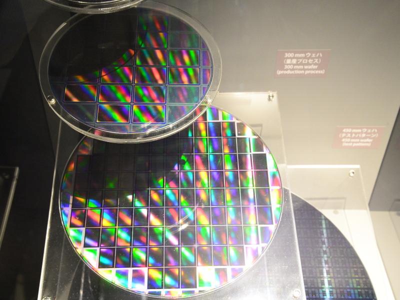 イメージセンサーのウェハ。上はFXセンサー、下はDXセンサー。