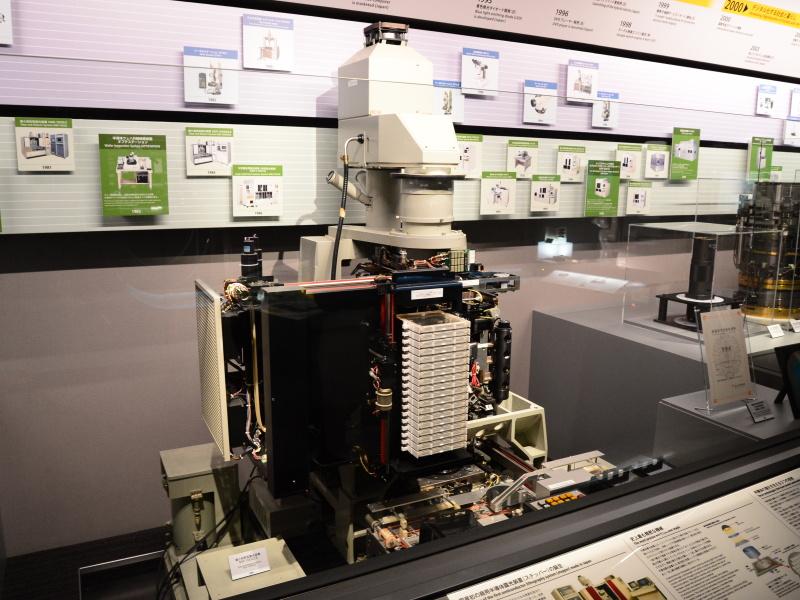 縮小投影型露光装置。最近の機種では、空気中での解像度の限界を超えるべく、縮小投影レンズとウェハの間を純水で満たした「液浸」の技術が用いられる