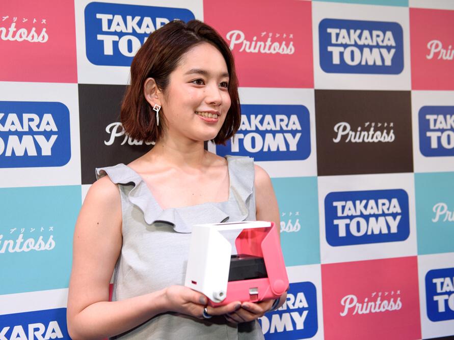 プリントスを手にする筧美和子さん