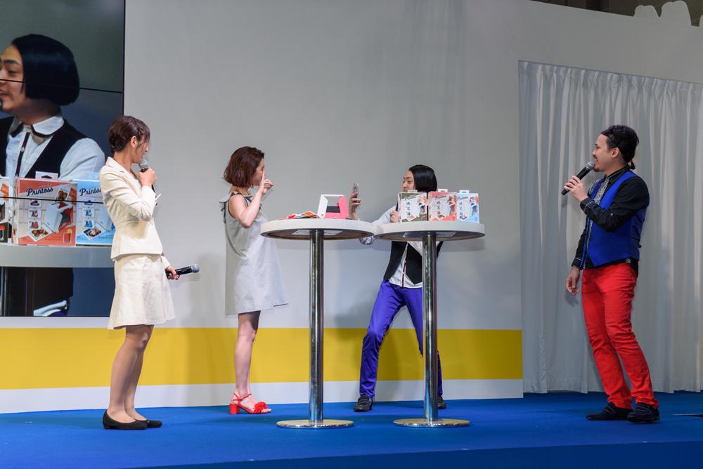 ここで撮影タイム。ピスタチオの小澤慎一朗さんがスマートフォンで筧さんを数カット撮影。