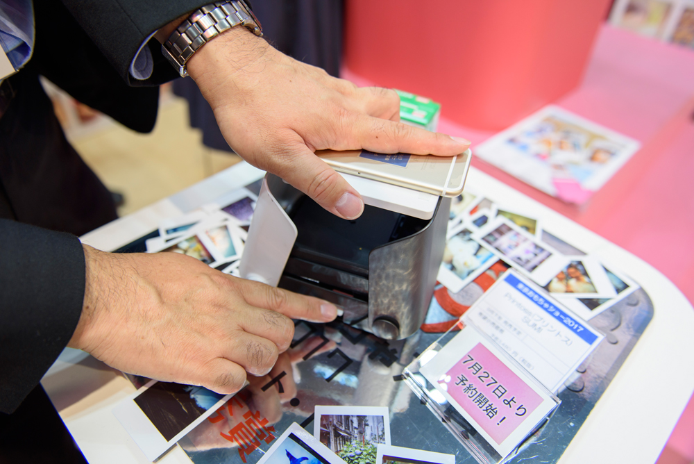 プリントスのシャッターボタン押して撮影をし、本体横のダイヤルをくるくる回せばプリントが排出される。