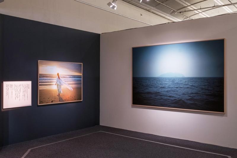 田心姫(たごりひめ)を再現した写真(撮影場所は沖ノ島ではない)と、沖ノ島の島影。