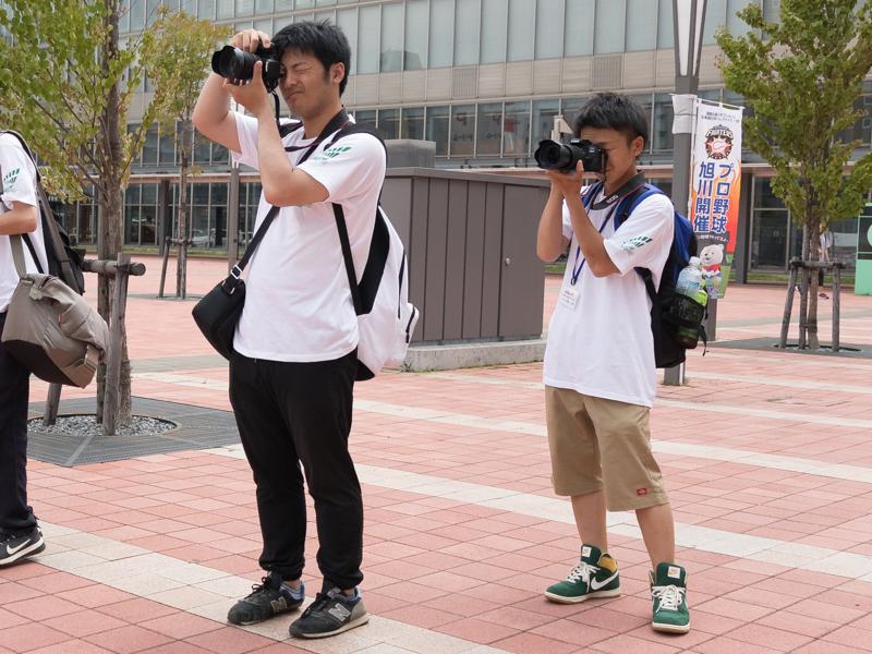 JR旭川駅周辺で撮影する選手