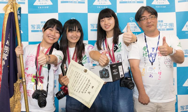 優勝した和歌山県立神島高等学校のみなさん。左から選手の松下莉子さん、坂本望愛さん、平坂瑠菜さん。右端は恵納崇監督。
