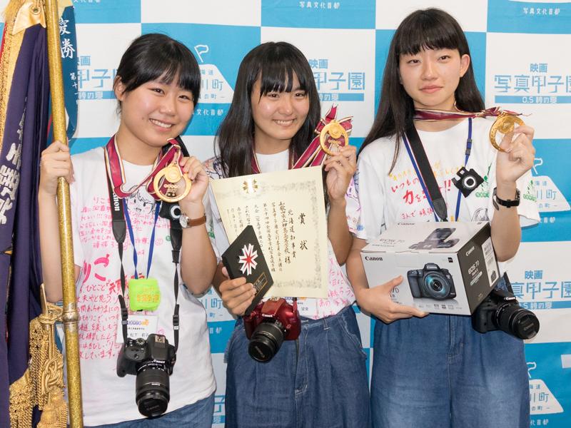 優勝した和歌山県立神島高校の選手。左から松下莉子さん、坂本望愛さん、平坂瑠菜さん