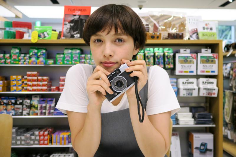 フィルムカメラが大好きなモデルのモーガン茉愛羅さん。