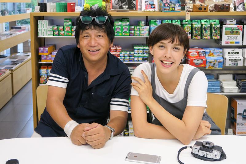 小林幹幸さん(左)とモデルのモーガン茉愛羅さん(右)