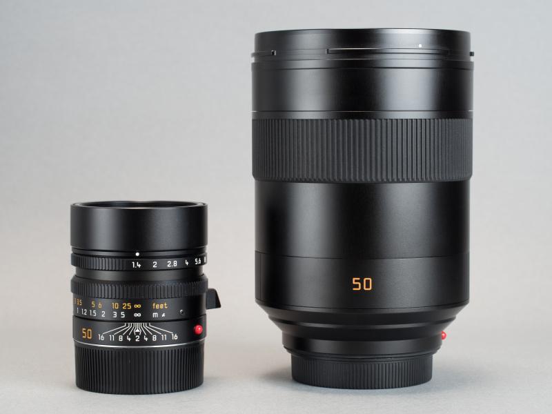 "M型ライカ用の<a href=""https://dc.watch.impress.co.jp/docs/review/leica/708941.html"" class=""n"" target=""_blank"">SUMMILUX-M F1.4/50mm ASPH.</a>と並べたところ。同じ50mm F1.4というスペックとは思えないほど大きさに差がある。"