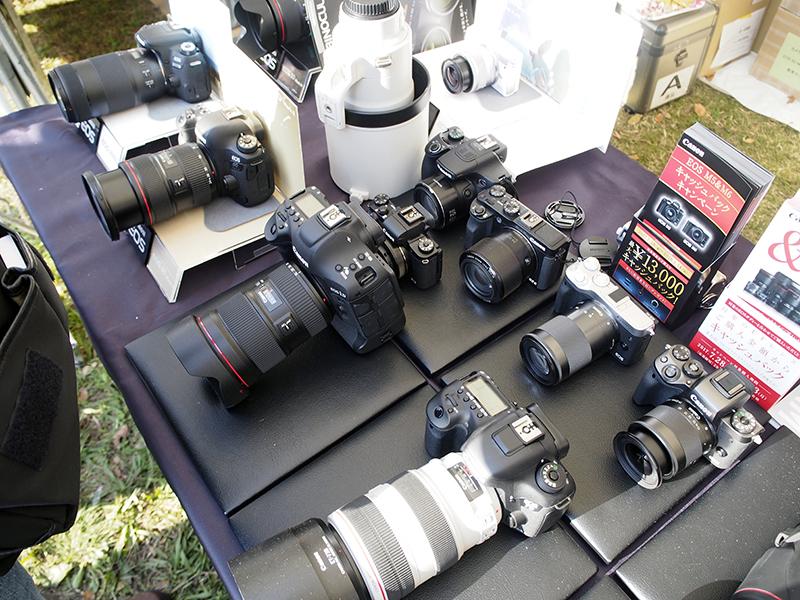 11月下旬に発売予定の「PowerShot G1 X Mark III」をはじめ、コンパクトデジタルカメラや一眼レフカメラなどが多数展示されていた。