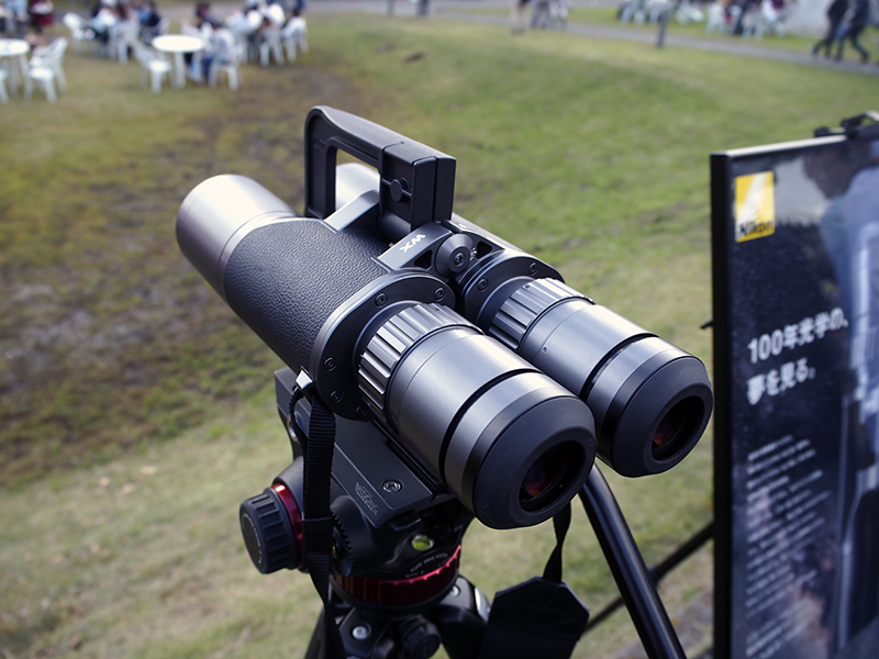 ここまでの大きさ(WX 10×50 IFの外形寸法は291×171×80mm/重量は2,505g)になると、三脚を使った方が安定して利用できる。