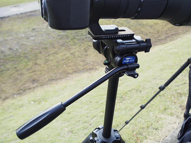 特殊スプリングによりカメラが傾くことを打ち消す方向に働き、負担を軽減するカウンターバランス機構を搭載。利用シーンにあわせて、オフにもできる。