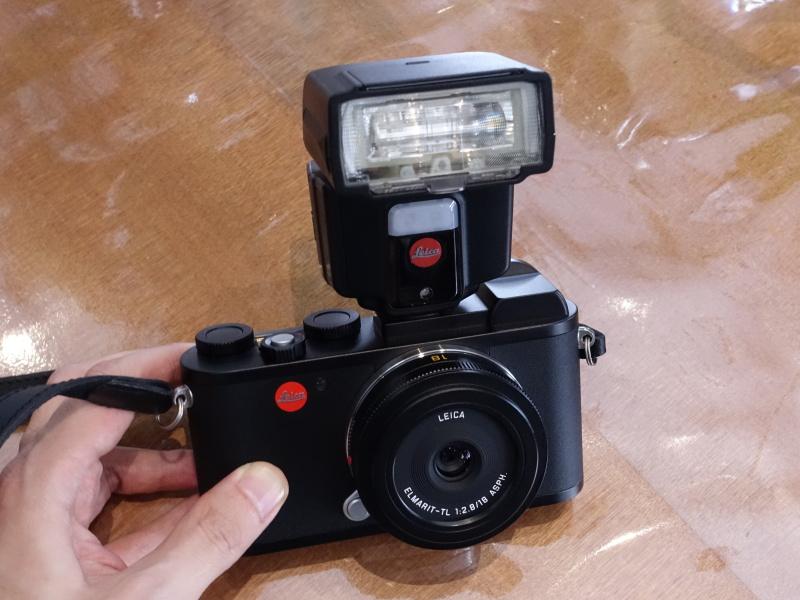 別売のクリップオンストロボの「SF40」を装着したところ。