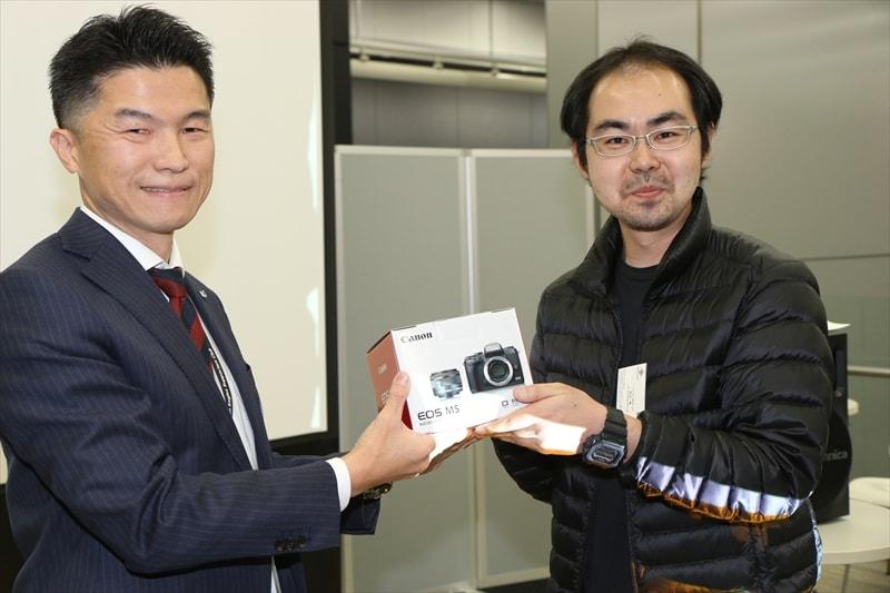 前回、個人賞2位を受賞した武石修。賞品はEOS M5。武石初のミラーレスカメラ。