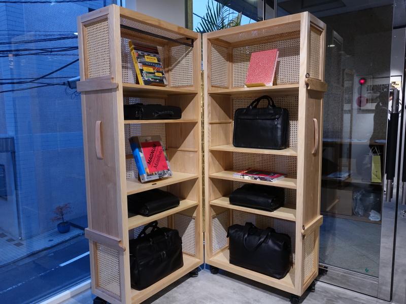 さまざまなバッグやマグナム・フォトに関連した写真集が配置されており、目を楽しませてくれる。
