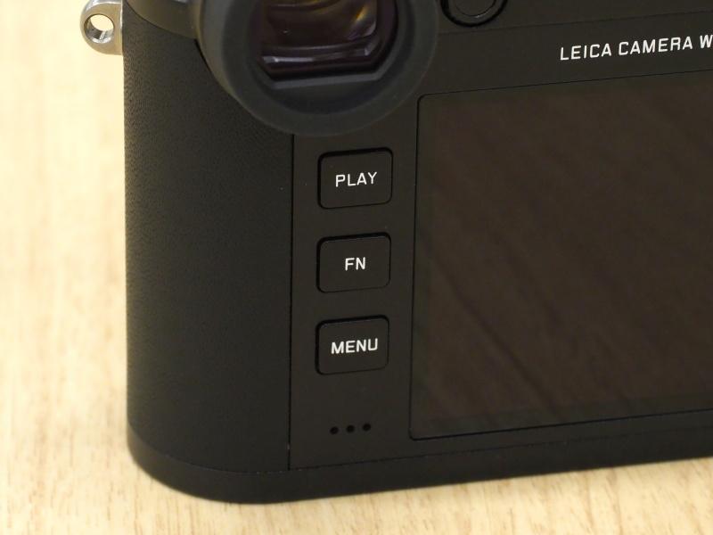背面ボタンは、ライカM10に通じるシンプルさ。