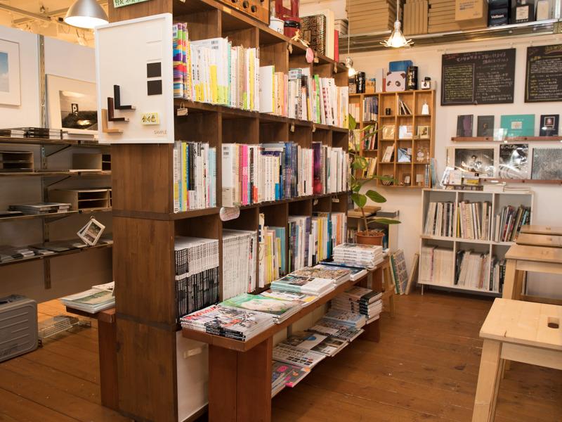 売店には写真関連の書籍や印画紙などが並ぶ。