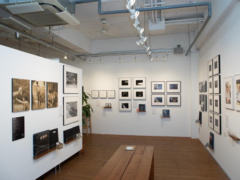 生徒の作品などが展示されている写真展会場。この日はGANREF有志のグループ展「Signs The Group Exhibition」が開催されていた。
