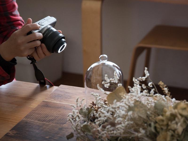 レンズ先端に内蔵したLEDライトも積極的に活用。