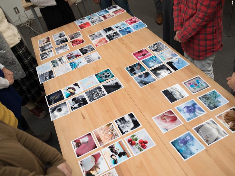 この日撮った中でベストな数枚を選んで教室中央の机に並べる。