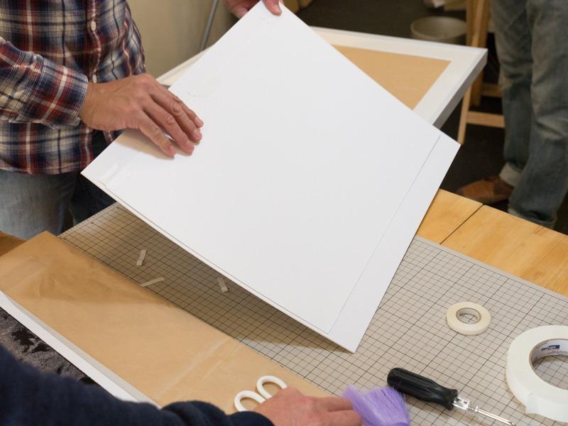 裏返してプリントをマットに貼り付けていく。