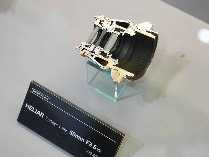 特徴的な鏡筒デザインのHELIAR Vintage Line 50mm F3.5。カットモデルは今年初登場。
