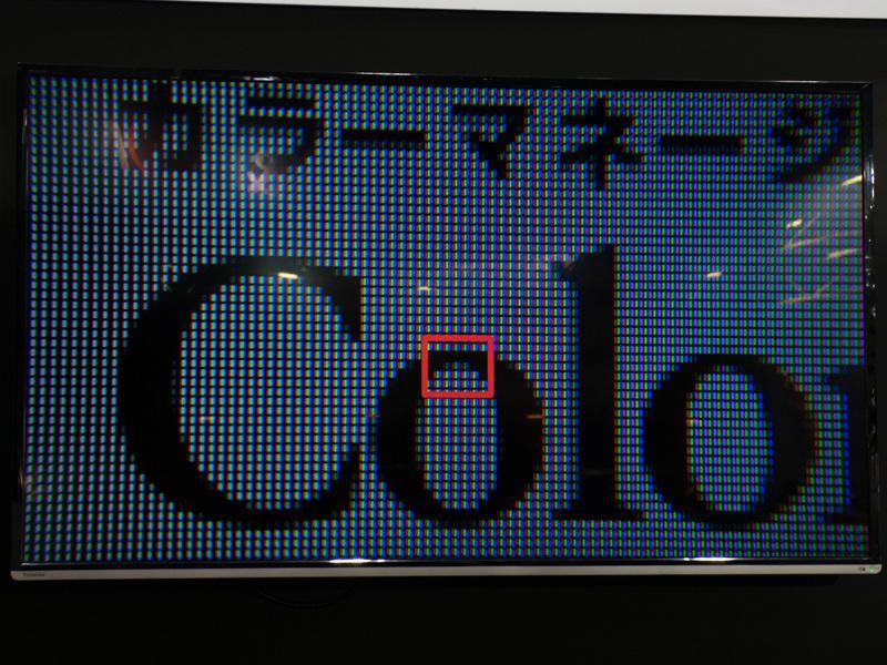 画面を拡大すると、1ピクセルが3色のサブピクセルによって構成されていることがわかる。