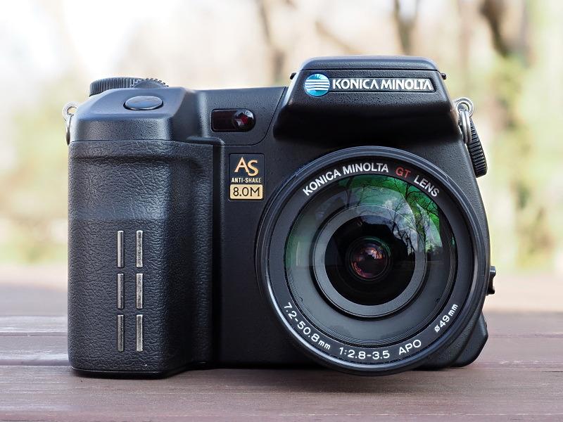 35mm判換算で28-200mm相当をカバーする、光学7倍ズームの大口径GTレンズを搭載。ミノルタ時代のDiMAGE7シリーズからお馴染みのレンズである。