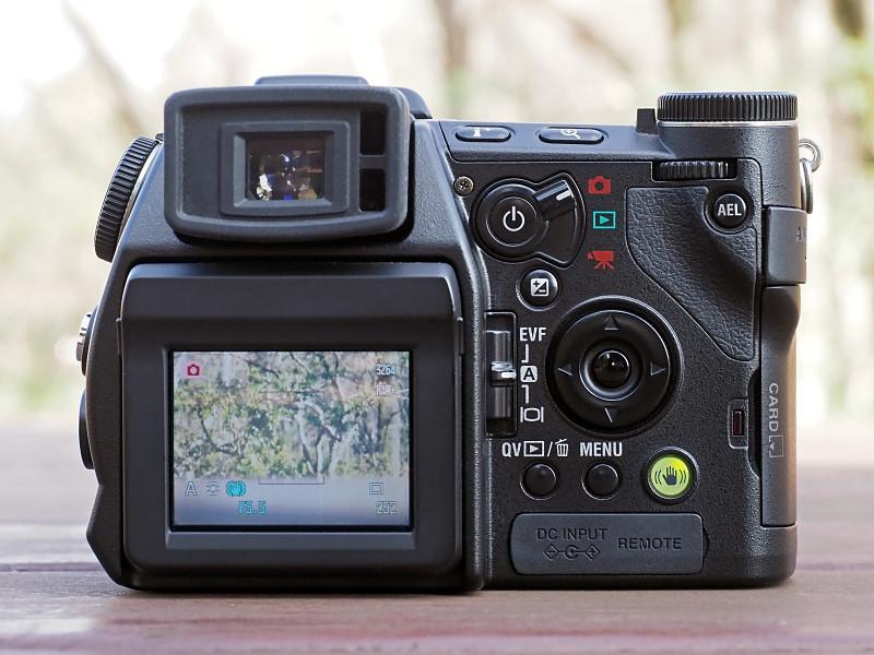 電子ビューファインダーの右側にある「モード切り替えレバー」や、その下の「ディスプレイ切り替えレバー」などが、このカメラの特徴的な部分。十字キーの右下にある「手ブレ補正ボタン」の点灯もカッコイイ!