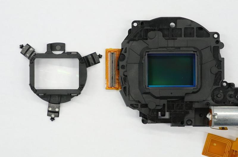 APS-Cサイズのイメージセンサー(右)と変わらない大きさ。