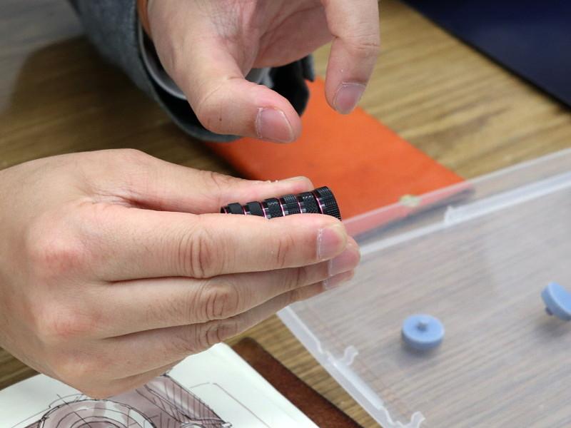 ダイヤルのローレット(側面のギザギザ)形状も様々なタイプを試作。